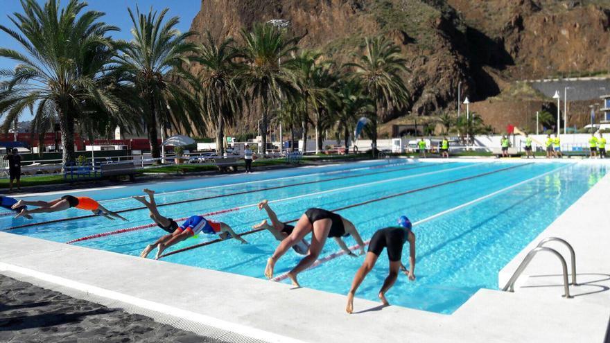 Prueba de natación del triatlón benéfico.