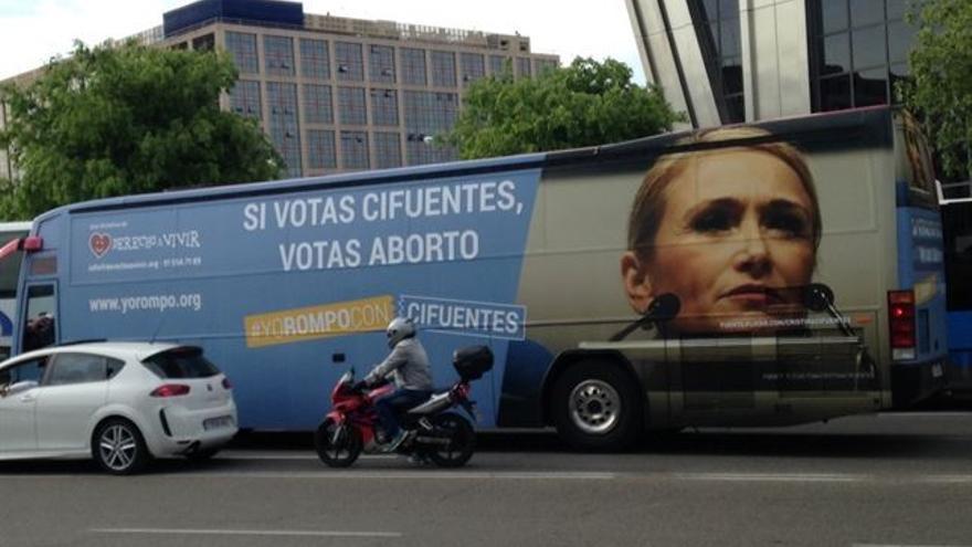El autobús que hace campaña contra Cifuentes y que la Junta Electoral ha obligado a retirar.
