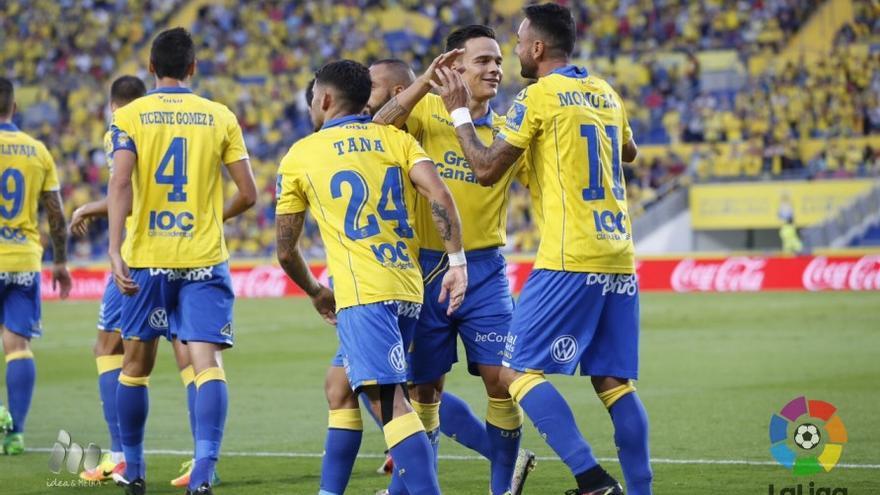 Los jugadores de la UD Las Palmas celebran el gol de penalti de Momo ante el Málaga CF en el Estadio de Gran Canaria.