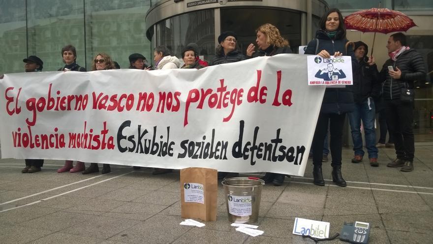 """Asociaciones de mujeres se concentran para denunciar el """"recorte de derechos"""" a las víctimas de violencia machista"""