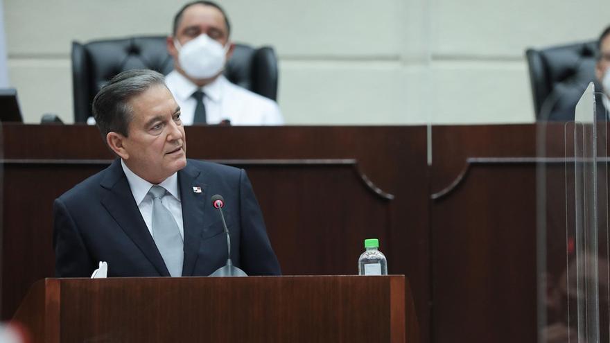 Fotografía cedida este miércoles por la Presidencia de Panamá en la que se registró al mandatario, Laurentino Cortizo, durante su primer discurso sobre el Estado de la Nación, en la Asamblea Nacional de la Ciudad de Panamá (Panamá).