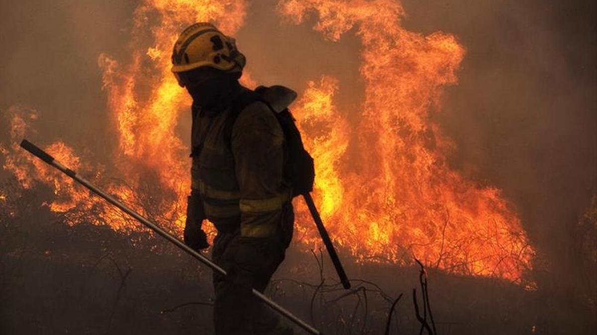 Un bombero en un incendio en Galicia