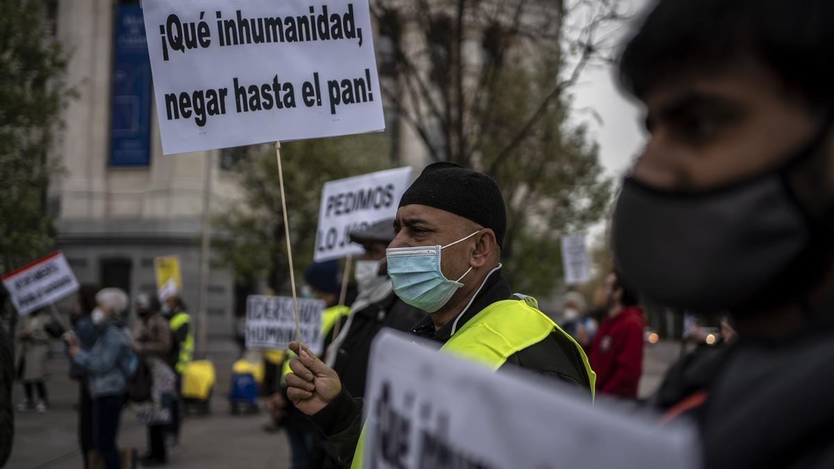 Vecinos de Madrid protestan ante el Ayuntamiento por la falta de ayudas sociales