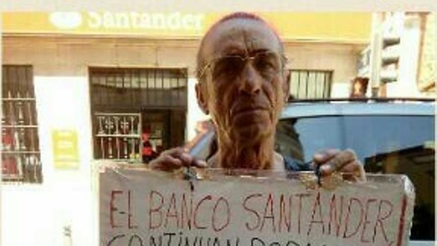 Manuel Fernández Andújar durante su protesta ante el Banco Santander.