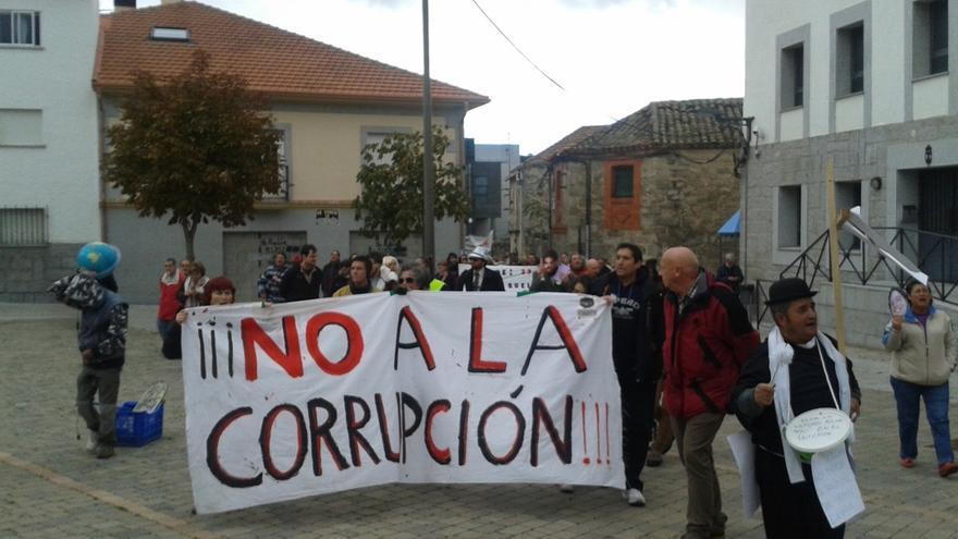 Más de 200 personas participan en una manifestación contra la corrupción en Collado Villalba (Madrid)