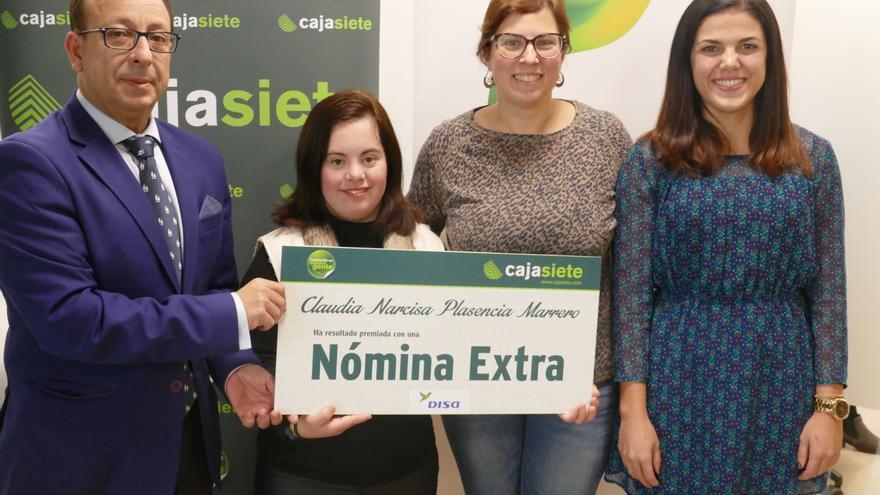 Entrega del premio a la trabajadora de la empresa DISA en Santa Cruz de Tenerife