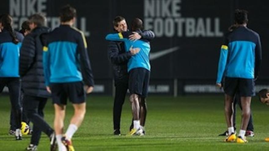 Tito Villanova se abraza con Abidal tras volver a dirigir un entrenamiento.