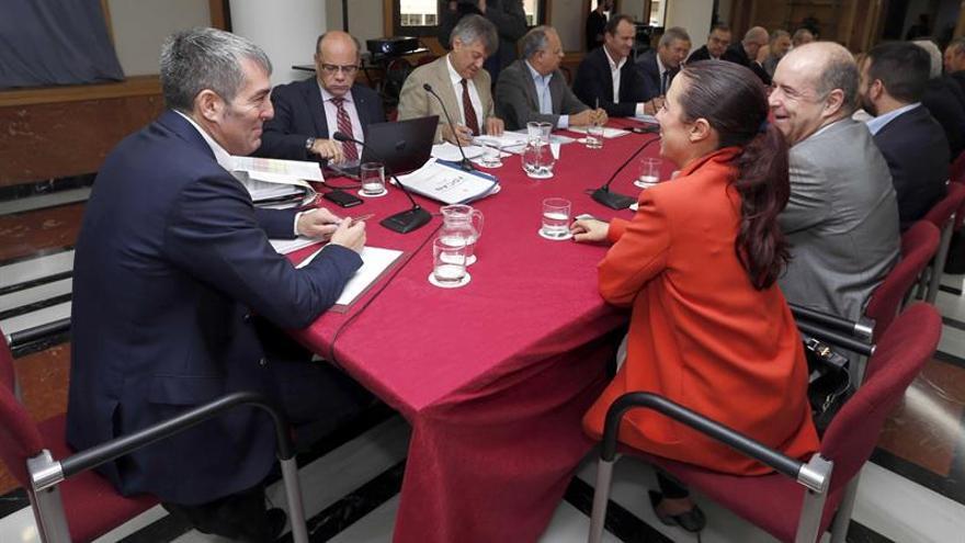 El presidente del Gobierno, Fernando Clavijo (i), presidió este lunes en Las Palmas de Gran Canaria una reunión del comité de selección del Fondo de Desarrollo de Canarias.