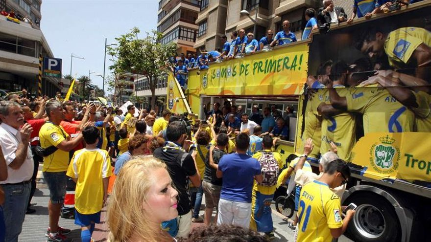 Numerosos aficionados de la UD Las Palmas recibieron al equipo a las puertas de la Presidencia del Gobierno de Canarias (EFE/Elvira Urquijo A).