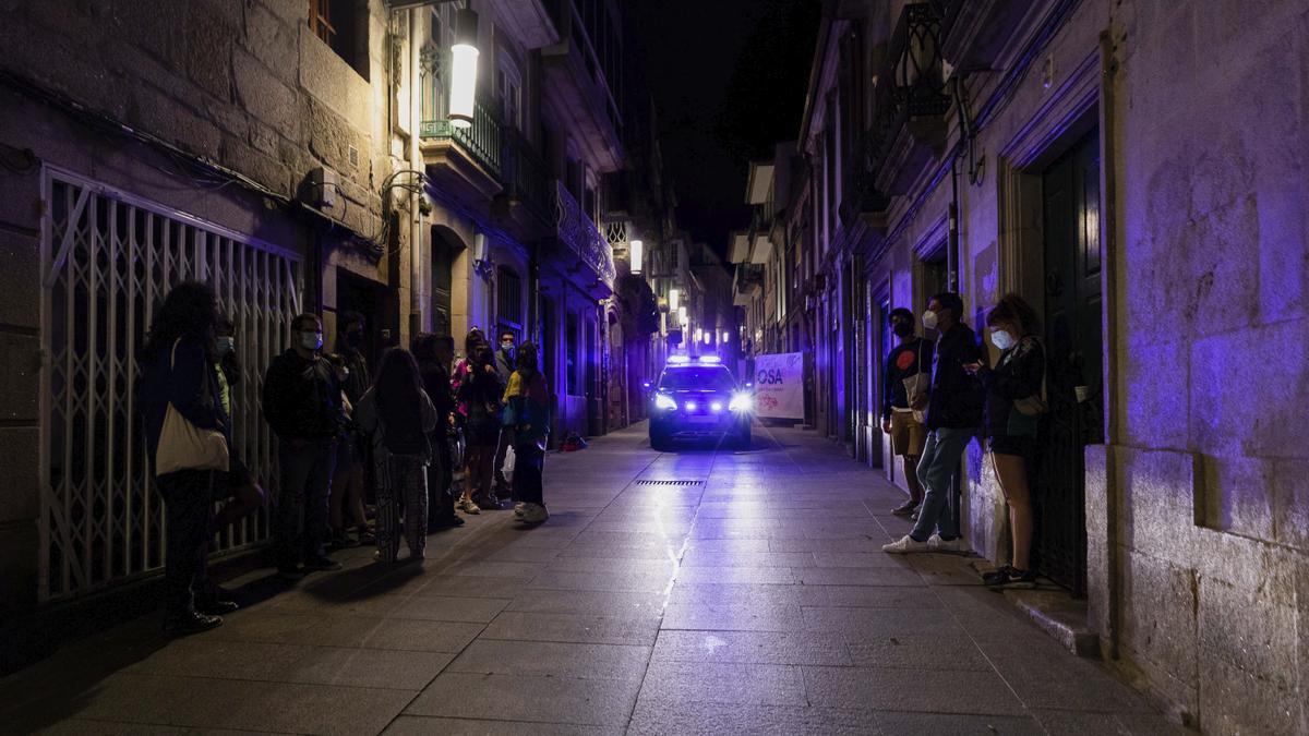 Un vehículo policial cruza una calle de Pontevedra en el segundo fin de semana de ocio nocturno en Galicia