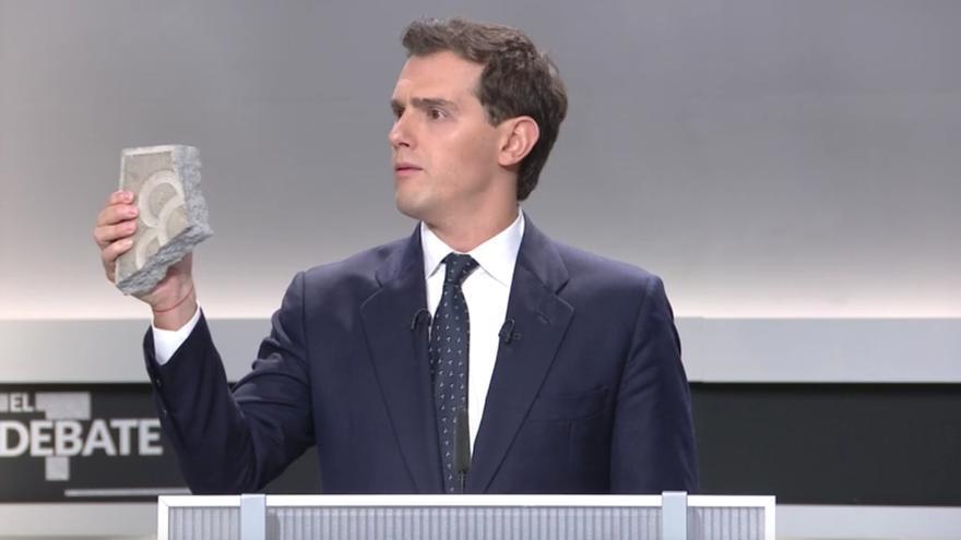 Albert Rivera enseña un trozo de pavimento de Barcelona en el debate televisado.