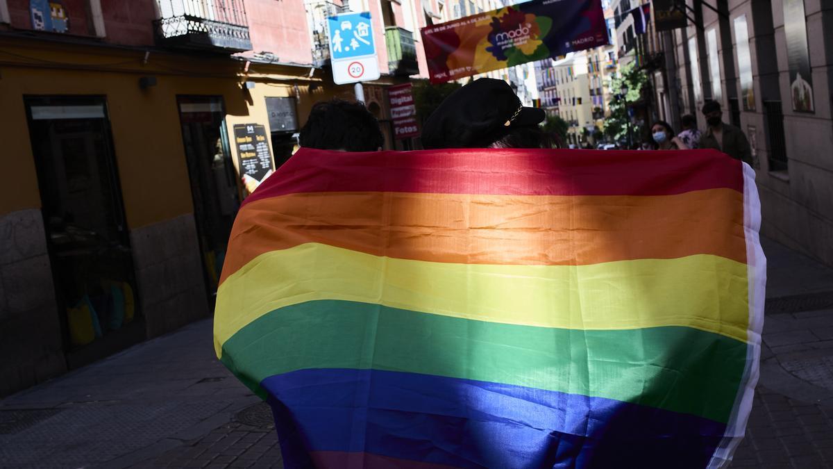 Bandera LGTBI en Chueca durante la celebración del Día del Orgullo LGTBI