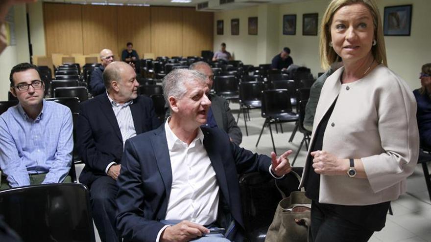 La diputada nacional Ana Oramas conversa con varios militantes antes de comenzar la reunión del Consejo Político Nacional de Coalición Canaria que aprobó sus candidaturas para las elecciones generales del 20 de diciembre. (EFE/CRISTÓBAL GARCÍA)