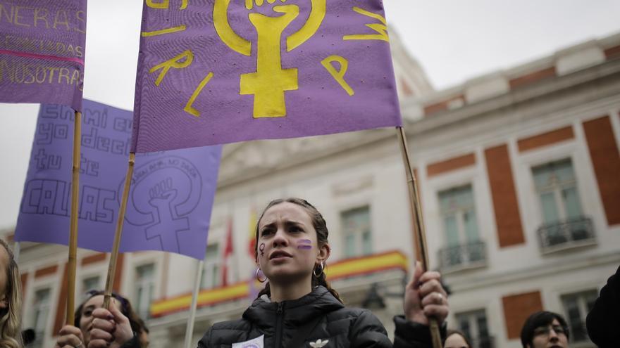 """Una feminista sostiene una pancarta en la que se lee """"Girl Power"""" en la Puerta del Sol."""