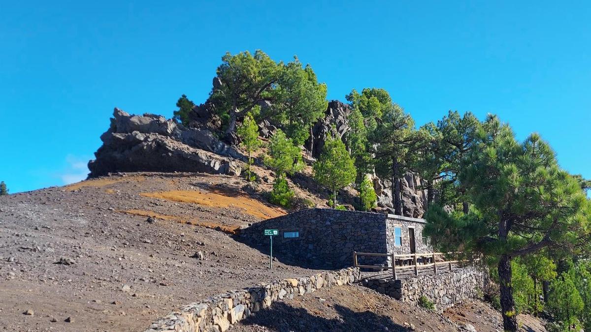 Refugio de la Punta de los Roques, situado en las cresterías de La Caldera de Taburiente,  a 2.040 metros de altitud.