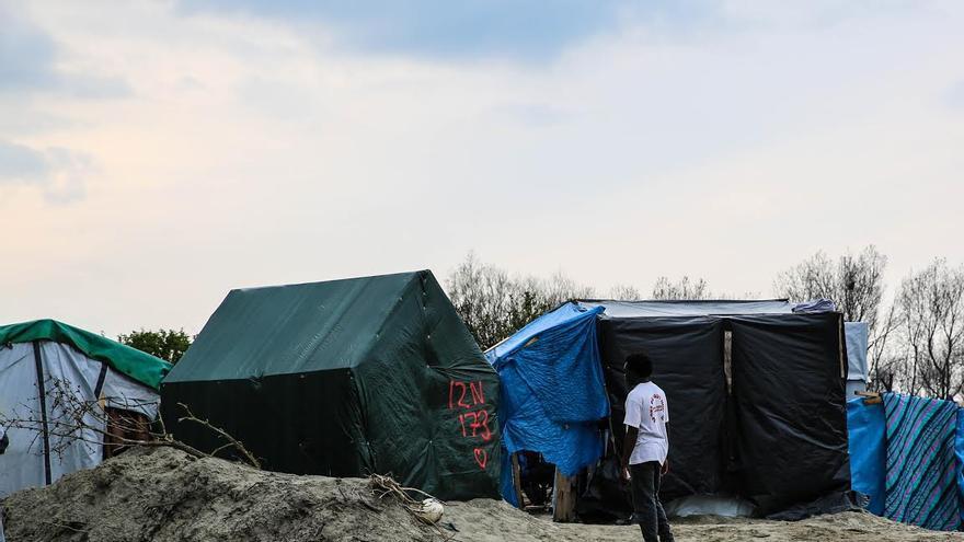 Un joven en el campo de refugiados de Calais