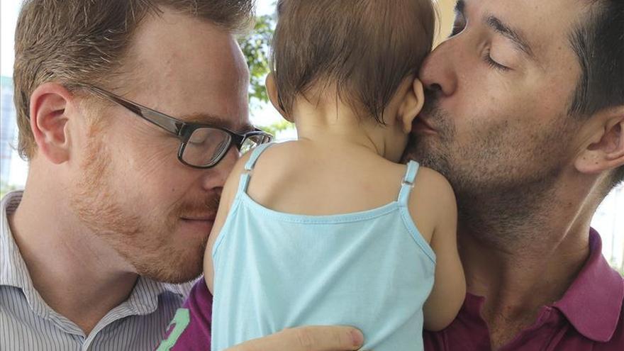 Gordon Lake y Manuel Santos, con Carmen, nacida en Tailandia mediante gestación subrogada