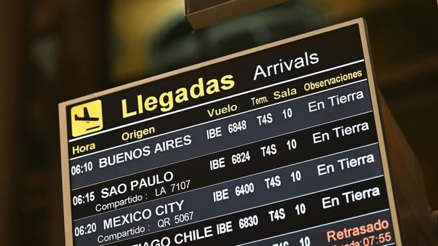 Un panel muestra información de las llegadas al aeropuerto de Adolfo Suarez en Barajas, Madrid,.