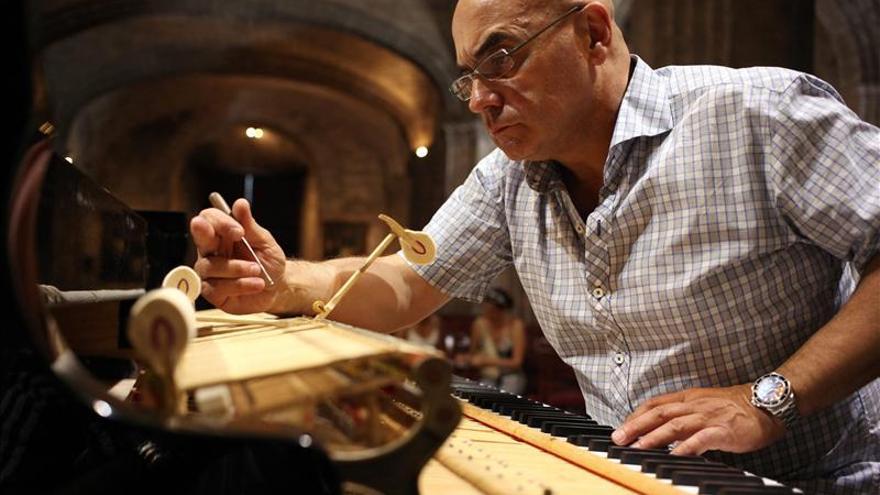 El afinador de los mejores pianos de N.York revisa los Steinway de La Habana