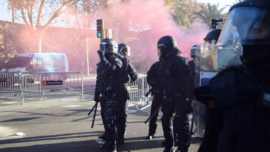 Los Mossos d'Esquadra, tras las cargas contra los CDR en Paral·lel / Sonia Calvò