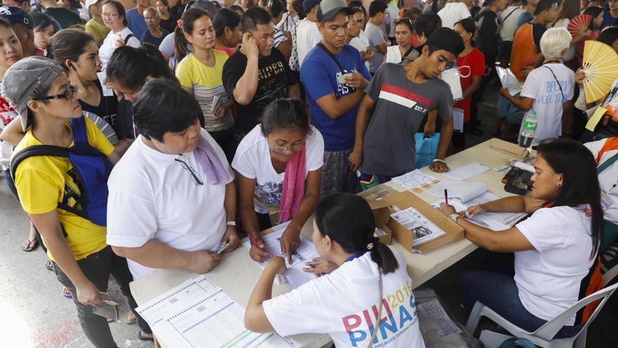 Filipinos hacen cola en la ciudad de Quezon este lunes para votar.