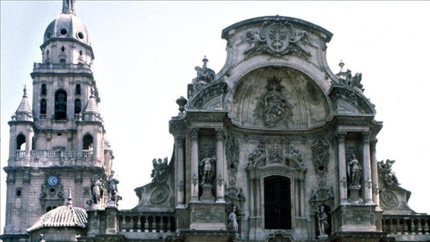 La Guardia Civil localiza en un puesto de venta ambulante de Murcia documentos del siglo XIII