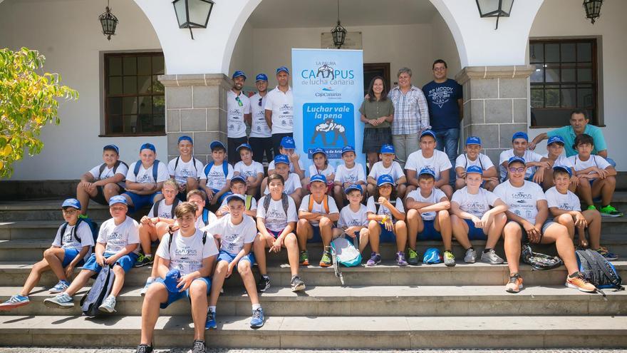 En la imagen, los alumnos que participan en Campus de Lucha Canaria CajaCanarias La Palma, con la alcaldesa de Los Llanos y otros miembros de la organización,