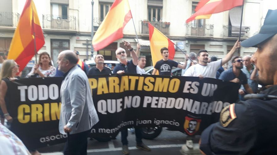 Los ultras convocados a las puertas de la Societat Coral El Micalet para boicotear el acto de apoyo al referéndum