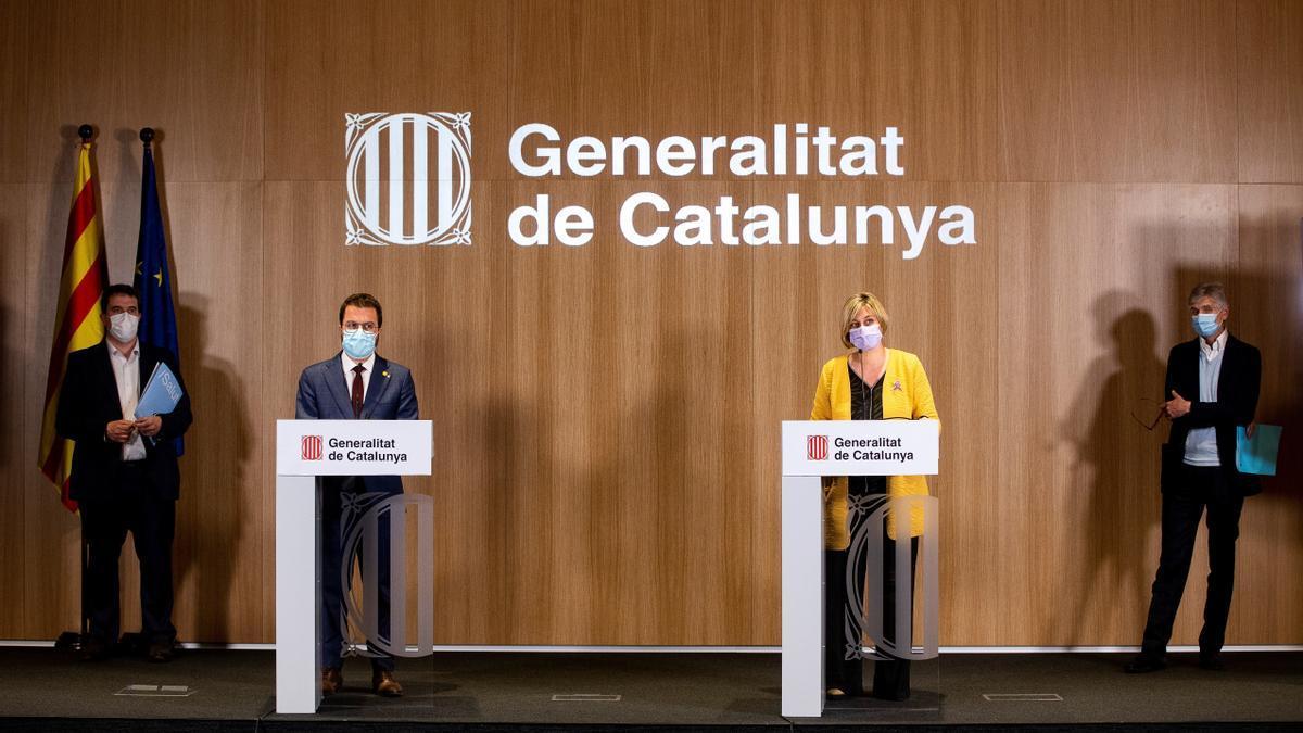 El vicepresidente de la Generalitat en funciones, Pere Aragonès, y la consellera de Salud, Alba Vergés, durante la rueda de prensa de presentación de la campaña de vacunación masiva en Cataluña. EFE/Quique García