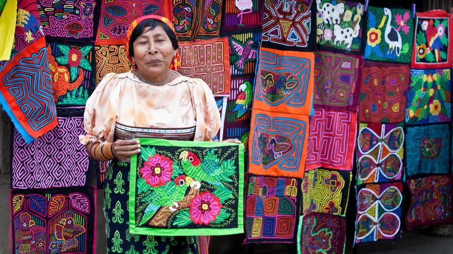 Una mujer guna muestra sus coloridas 'molas' una de las señas de identidad de los habitantes del Archipiélago de San Blas. Ben Kucinski