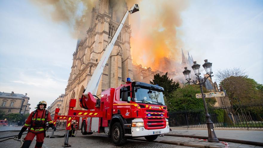 Bomberos trabajan en la extinción del incendio declarado el pasado lunes en la catedral Notre Dame en París, Francia.
