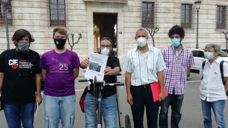 Activistes de la campanya pel tancament dels CIE davant de Delegació del Govern en la Comunitat Valenciana, aquestes dimecres.