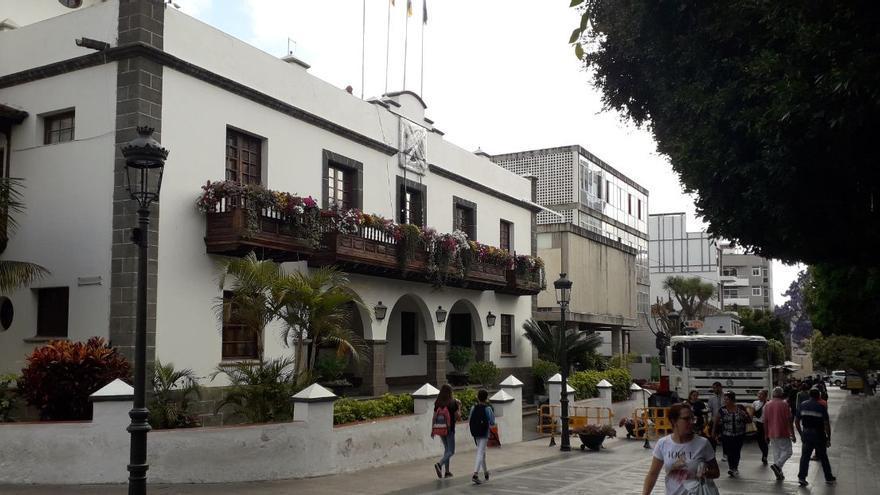 En la imagen,  el Ayuntamiento de Los Llanos de Aridane, este miércoles, con el  escudo del municipio (todavía con el precinto) en la fachada del Consistorio.