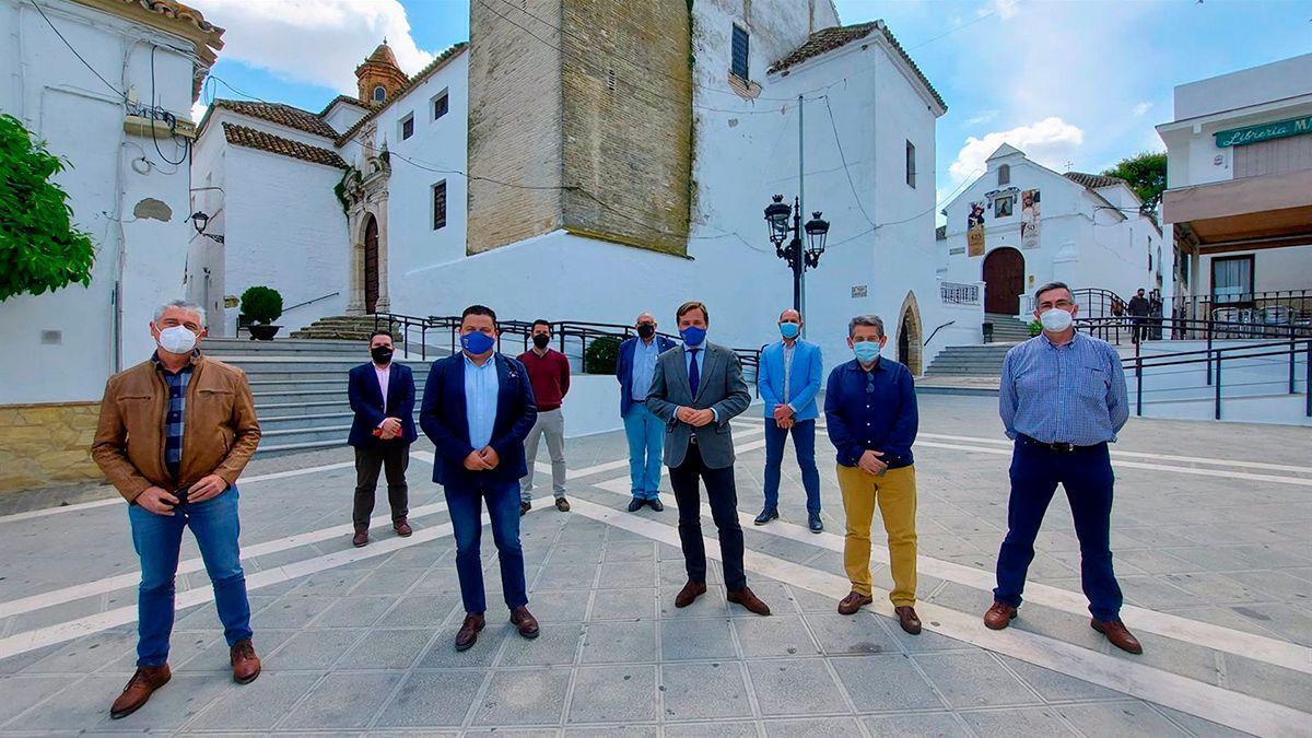 Repullo (centro) en Montemayor con los alcaldes citados a la reunión.