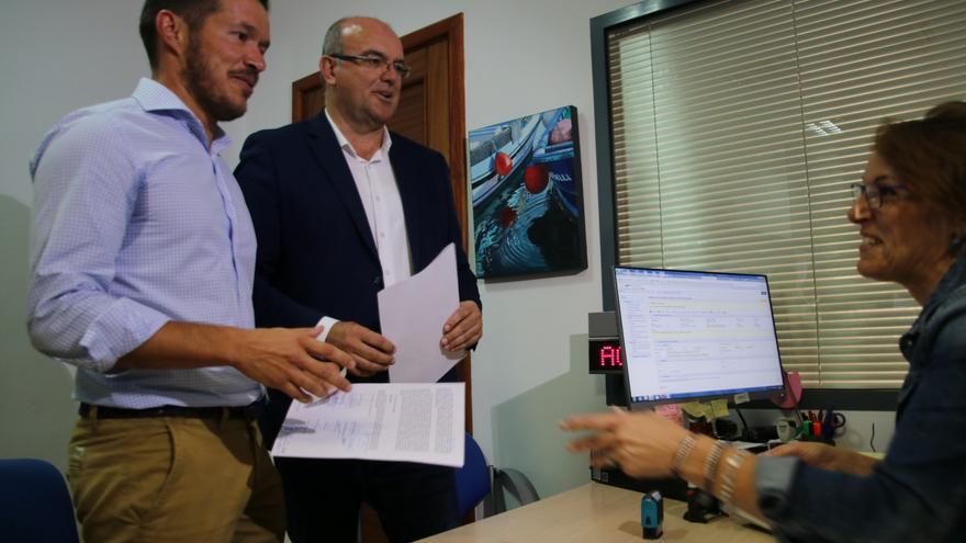 Mariano Hernández y Anselmo Pestana registrando la moción de censura.
