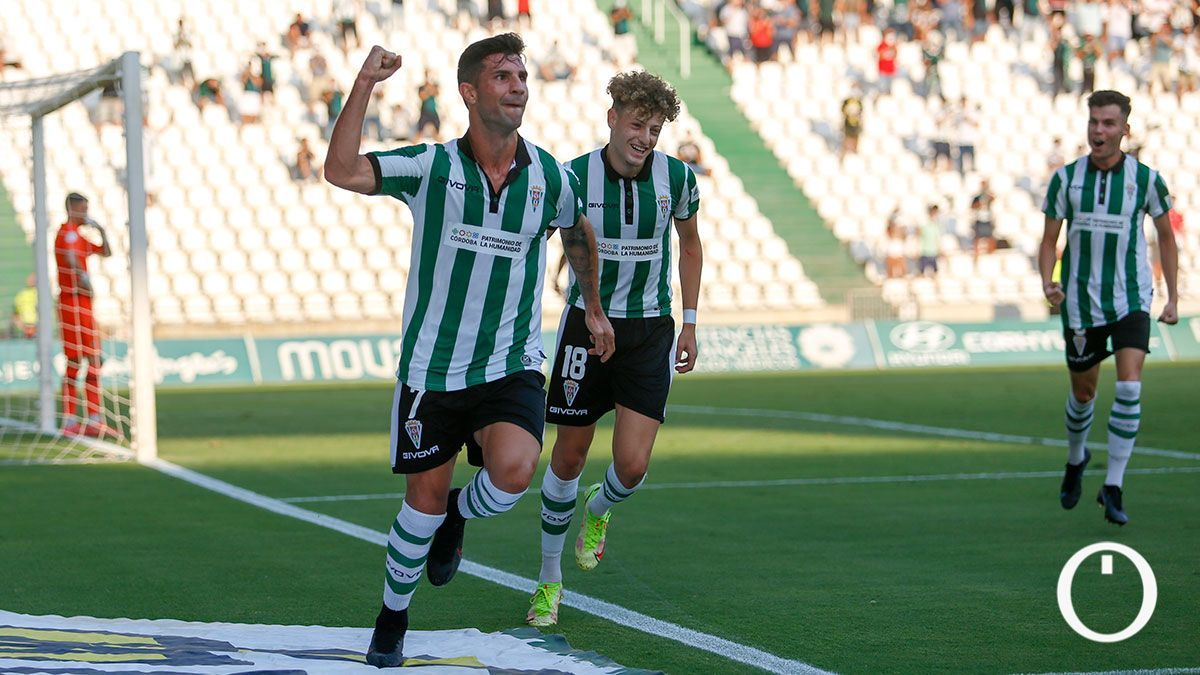 Los futbolistas del Córdoba, luciendo este domingo la publicidad municipal