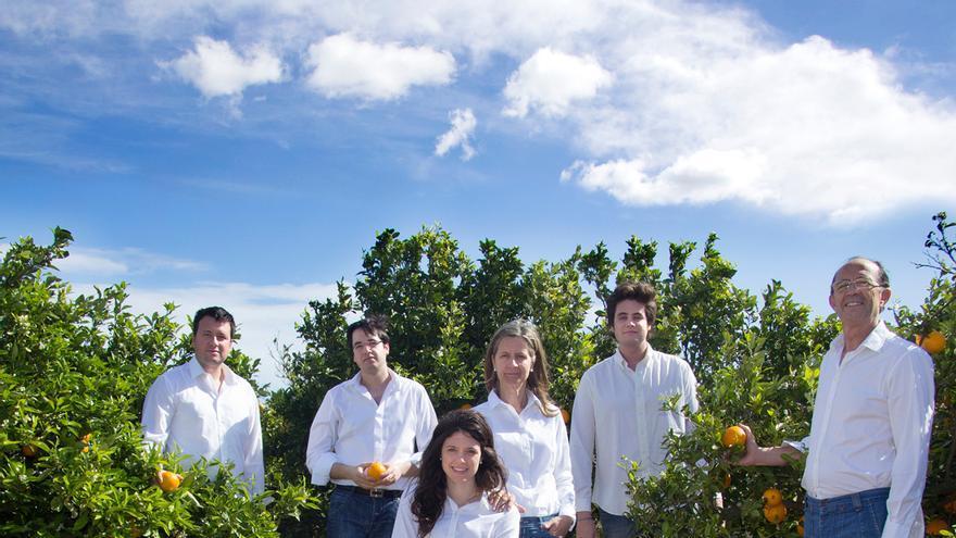 La familia de Federico Aparici y Dolores Colomar en sus naranjos en Cullera