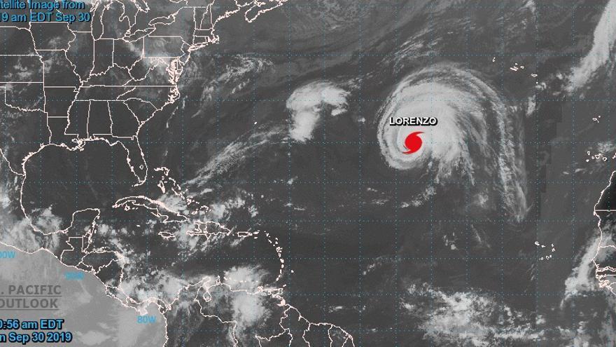El huracán Lorenzo, acercándose a Azores