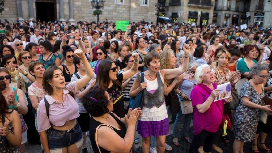 Cientos de mujeres se concentran en Barcelona contra la libertad de La Manada
