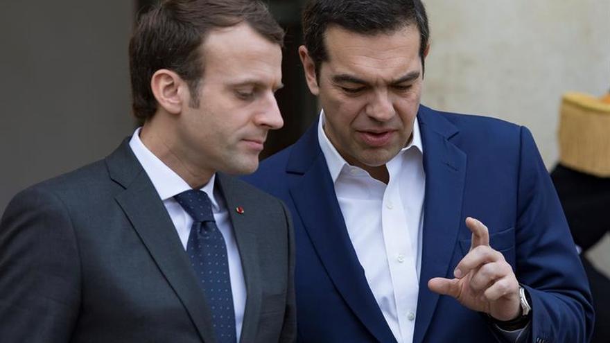 Macron y Tsipras abordan la reforma del euro en París