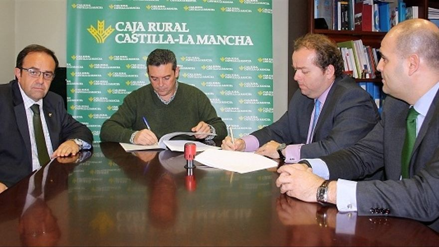 Firma acuerdo Caja Rural CLM-Ayto. de Campo de Criptana (Ciudad Real) / Foto: Ayuntamiento