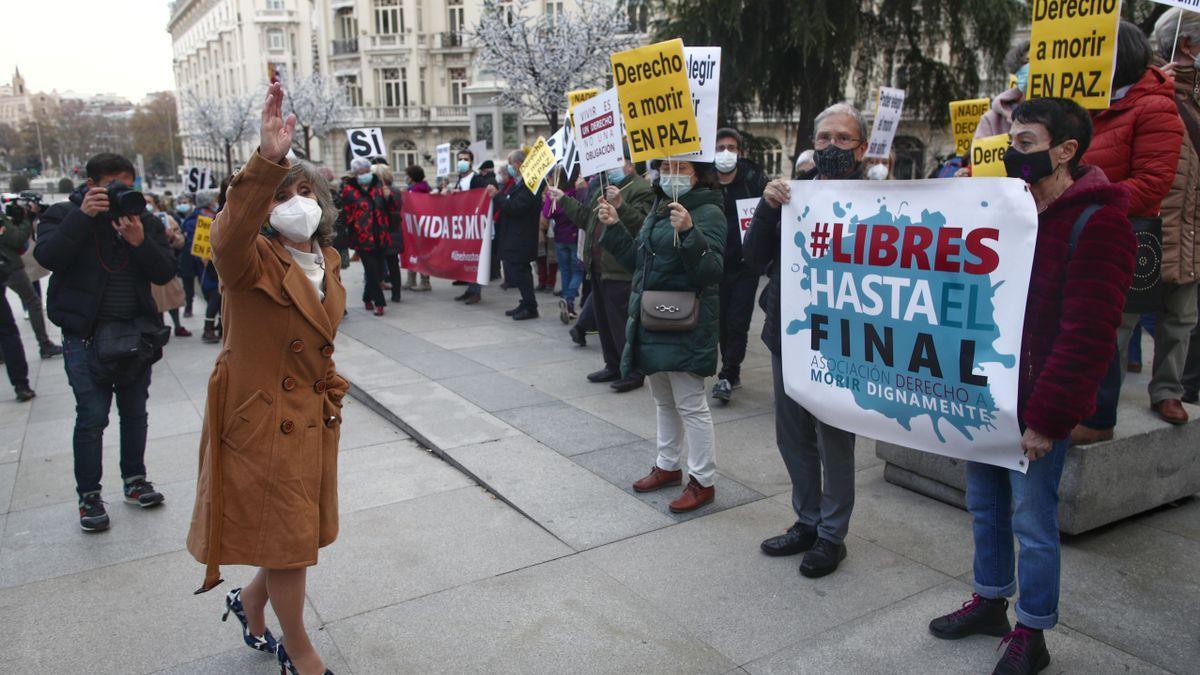 La exministra de Sanidad y actual secretaria de Sanidad del PSOE, María Luisa Carcedo celebra la aprobación de la ley que regula la eutanasia junto a colectivos sociales.