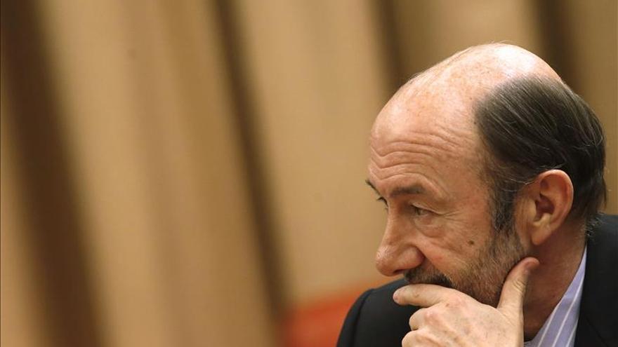 Rubalcaba advierte a Rajoy de que sus reformas se pueden parar y lo van a hacer