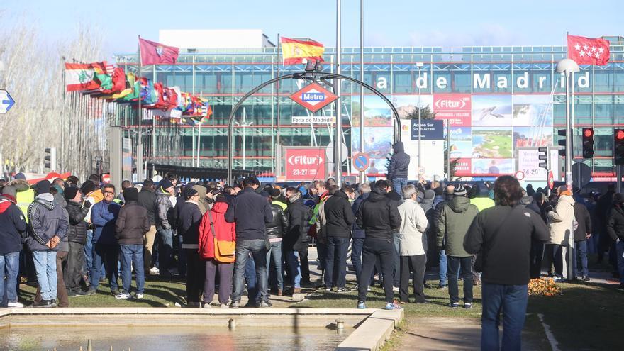 La oposición pide a Garrido que asuma sus responsabilidades con el taxi y el PP recomienda que pongan fin a la huelga