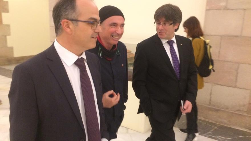 Puigdemont almuerza con el diputado de JxSí Lluís Llach en el Parlament tras mostrarle su apoyo