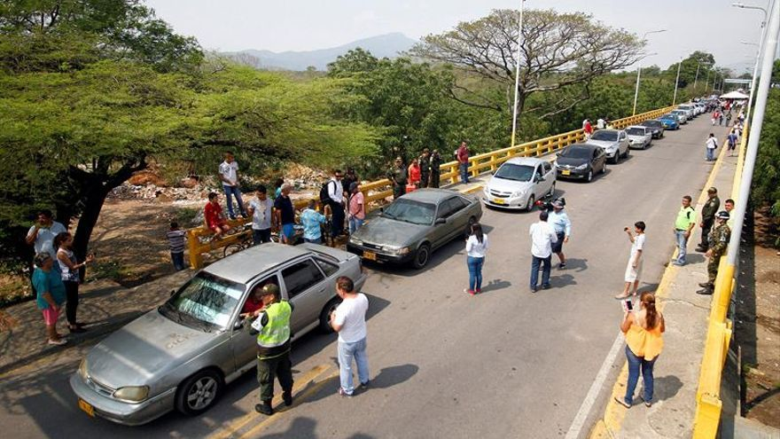 Multitud de venezolanos pasa la frontera con Colombia por alimentos y medicinas