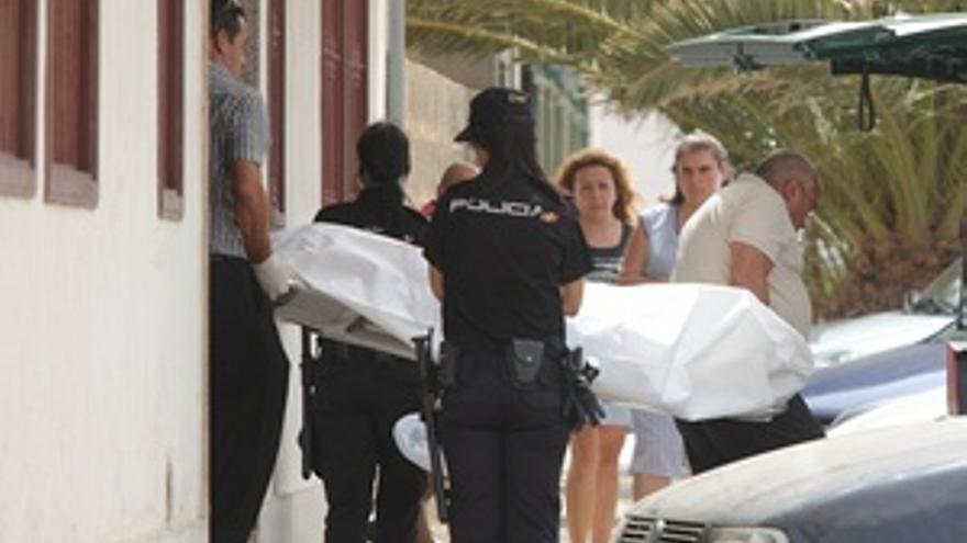 Agentes de la Policía Nacional trasladan el cadáver. (ACFI PRESS)