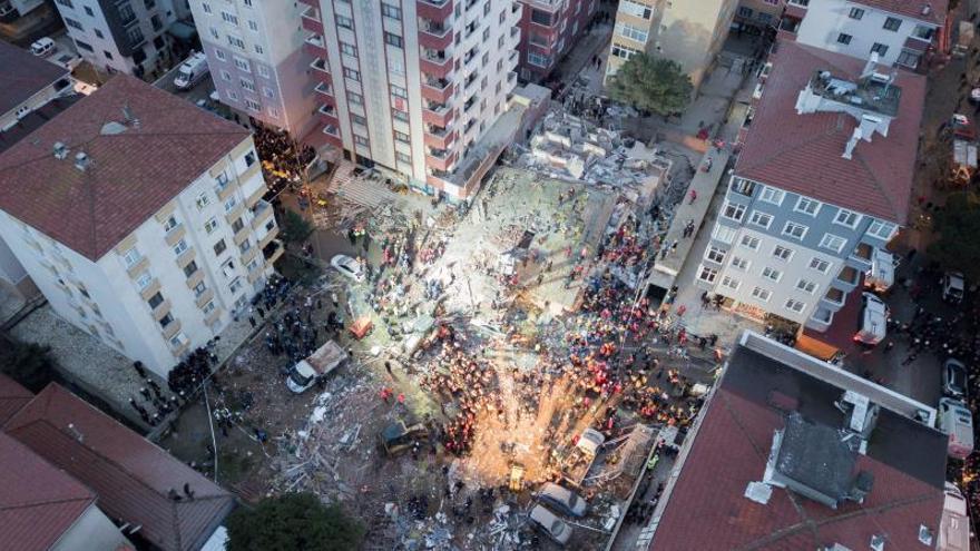 Un edificio habitado de ocho pisos se derrumbó en el barrio de Kartal, causando la muerte de al menos una persona y sepultando bajo los escombros al menos a otras cuatro, informó la emisora turca