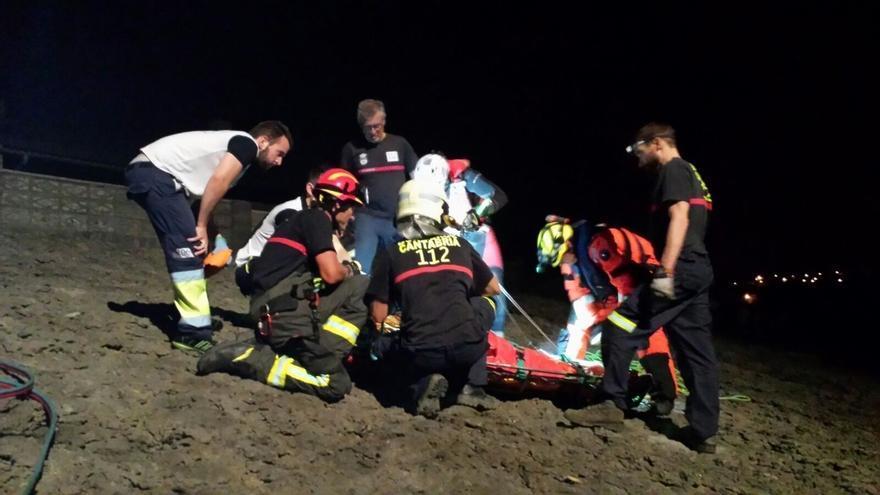 Rescatado por helicóptero un joven que cayó en el acantilado de Ajo y quedó encajado entre las rocas de una sima