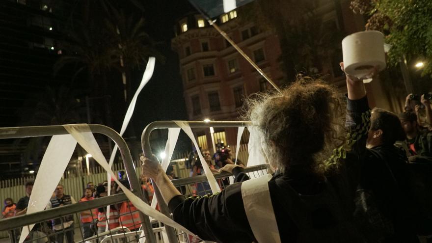 Acción simbólica en la que los concentrados han lanzado centenares de rollos de papel higiénico al aire